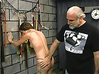 Slave gets her pale skin flogged